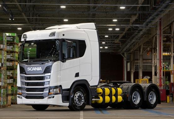 Scania entrega os primeiros caminhões movidos a GNV/biometano